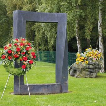 In modernen Krematorien können Angehörige sich innerhalb eines Tages am Sarg von ihrem Verstorbenen verabschieden, eine Trauerfeier zelebrieren, der Übergabe ans Feuer beiwohnen und die Urne beisetzen.