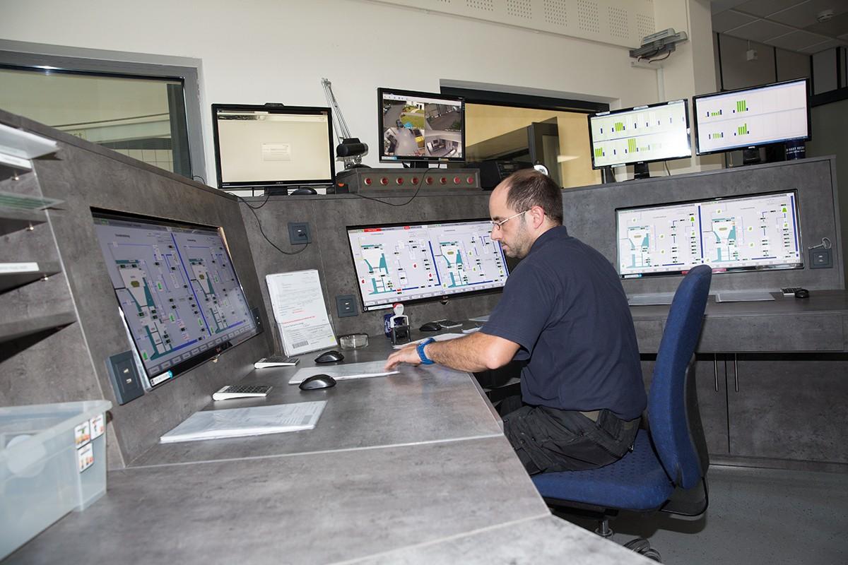 Auch die technische Überwachung der Einäscherung vom Steuerstand aus gehört zu Sascha Freinsbergs Aufgaben.