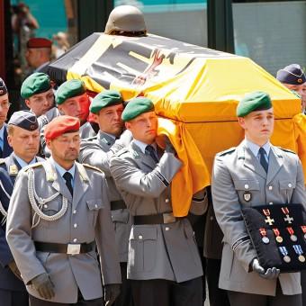 Mit einer zentralen Trauerfeier in Hannover nimmt die Bundeswehr, gemeinsam mit den Familien und den Freunden von den in Afghanistan gefallenen ISAF-Soldaten Abschied.