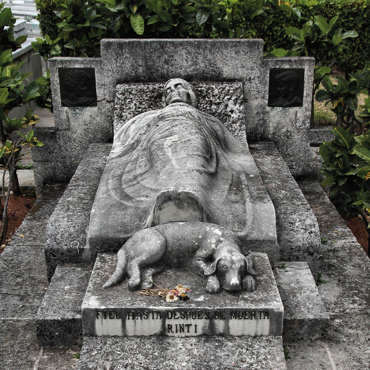 """Gemeinschaftsgrab auf dem Necropolis Cristobal Colon in HAvanna/Kuba mit der Inschrift """"Treu bis in den Tod"""" (Bild © tupungato/istockphoto)"""